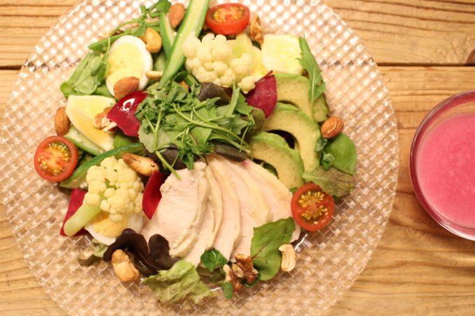女性に人気、有機無農薬の野菜をたっぷり使った実身美のチキンやアボカドのサラダ