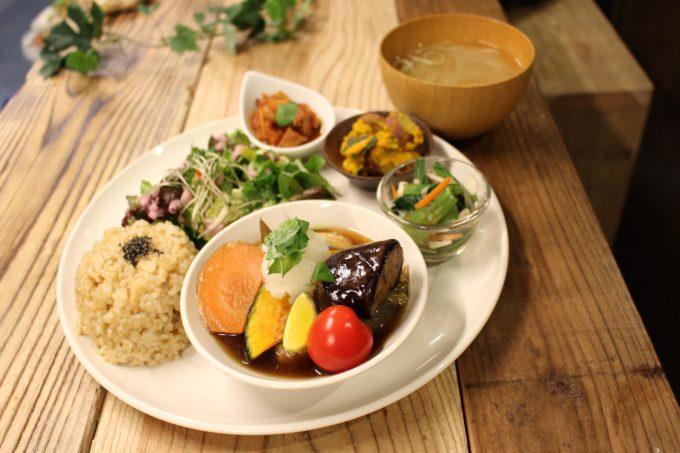 女性に人気、有機無農薬の野菜をたっぷり使った実身美の定食2
