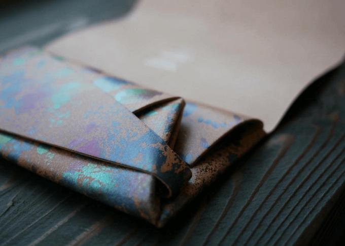 所作<しょさ>の孔雀色の本革の長財布