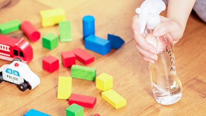 洗浄力が高く体にやさしい純水100%の洗浄水SHUPPA<シュッパ>を子どものおもちゃに使用しているところ