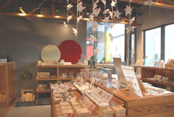 おしゃれな樹脂製品が集まるショップ「toumei」の店内写真