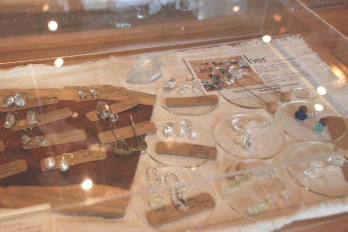 おしゃれな樹脂製品が集まるショップ「toumei」の透明をコンセプトにしたアクセサリーなど