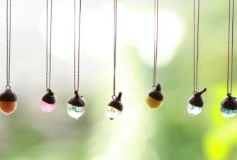 秋の装いに加えたい。どんぐりの形に夢や希望が詰まった「12月のきりん」のネックレス