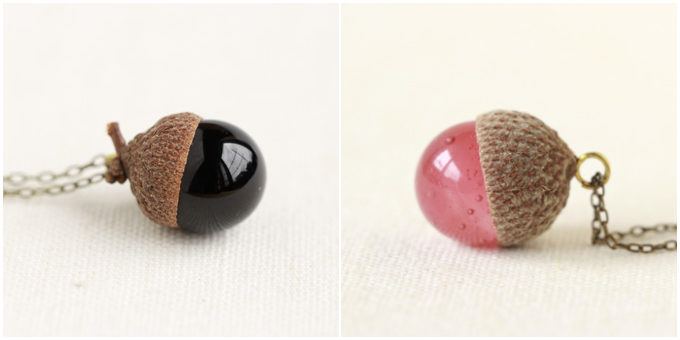 秋におすすめ「12月のきりん」のどんぐりの形のネックレス、ブラックとピンク