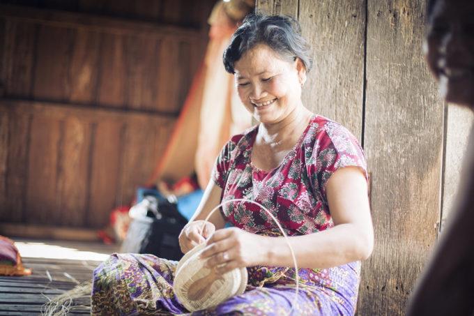 ホトリ・メメントの商品をつくるカンボジアの人3