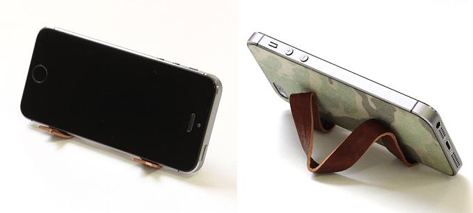 「This is...」の針金入りレザーリボンをスマートフォンのスタンドにしている例