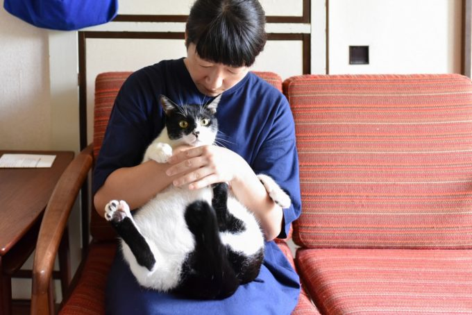 西荻窪にあるショップ&ギャラリー「ウレシカ」の飼い猫びんすけをだっこする飼い主のカマタさん2
