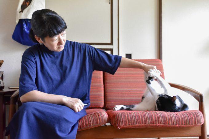 西荻窪にあるショップ&ギャラリー「ウレシカ」の飼い猫びんすけと遊ぶ飼い主