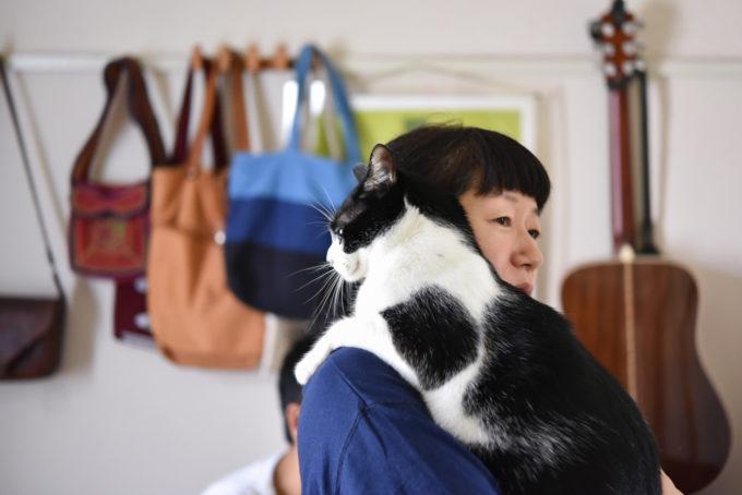 西荻窪にあるショップ&ギャラリー「ウレシカ」の飼い猫びんすけをだっこする飼い主のカマタさん