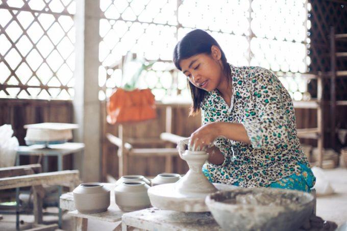 ホトリ・メメントの商品をつくるカンボジアの人2