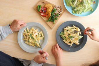 マットな質感がやさしい。シンプルでどんな料理にも合う「KURA」のオリジナル食器