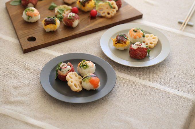 北欧風のシンプルおしゃれな「KURA」の器にお寿司を盛り付けた様子