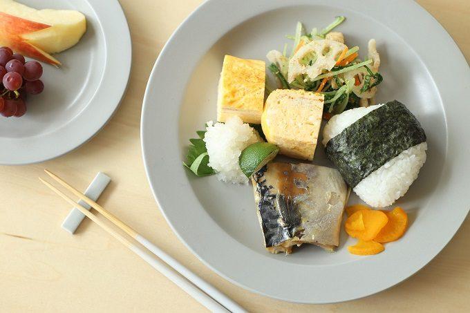 北欧風のシンプルおしゃれな「KURA」の器に和食を盛り付けた様子