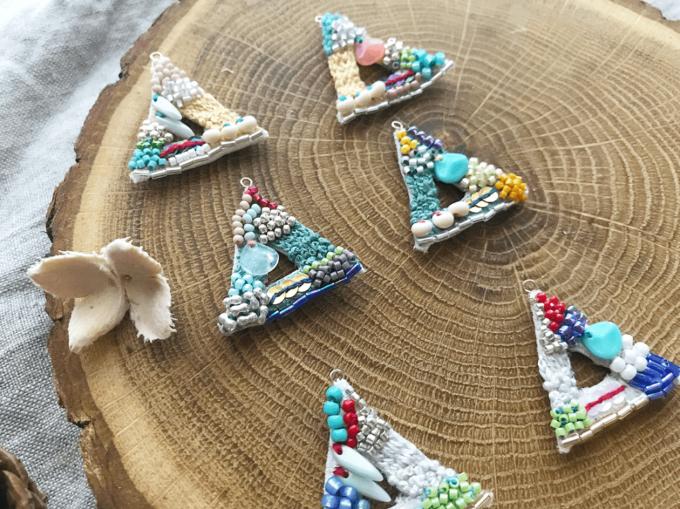 秋コーデの差し色に。ビーズと手刺繍で耳を彩る「mint green」のイヤーアクセサリー