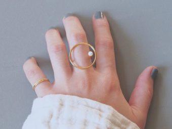 指の上に浮かぶような姿に釘付け。形の連なりや立体感が印象的な「niu.」のリングたち