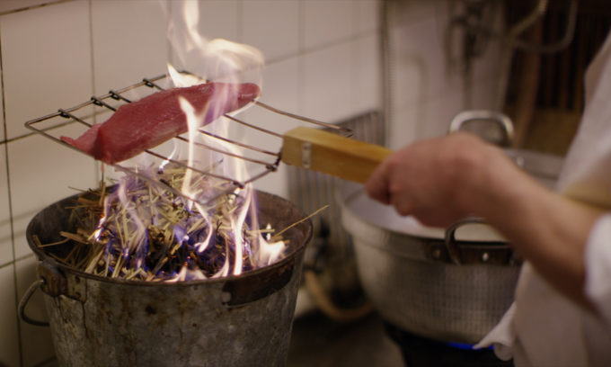 映画『世界が愛した料理人』の料理をしているワンシーン