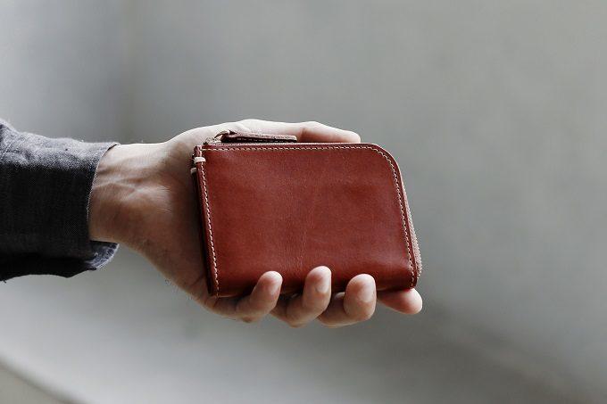 シンプルで機能的な「土屋鞄製造所」のブラウンの限定ミニ財布
