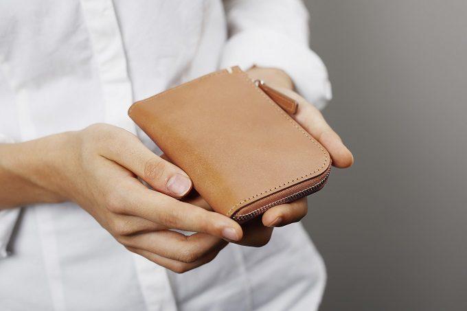 シンプルで機能的な「土屋鞄製造所」の革の限定ミニ財布、オーク色