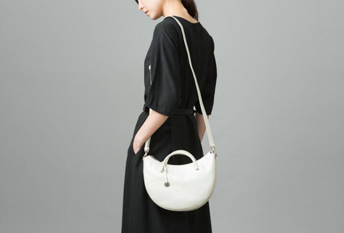 大人女子におすすめ、「マザーハウス」の上品なレザーバッグ「Tsuiakari -月明り-」コーディネート例1