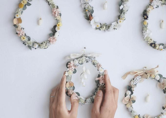 インテリアにもウェディングにもおすすめの「yukiko koreeda」の花冠リースを飾っている様子