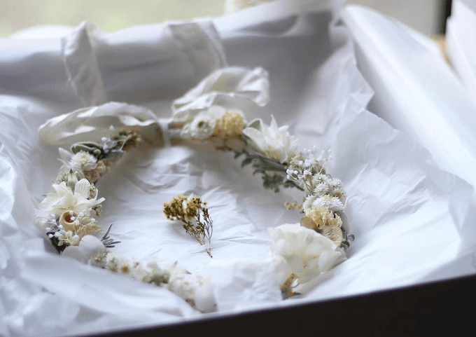 インテリアにもウェディングにもおすすめの「yukiko koreeda」の花冠リースが箱に入っている様子