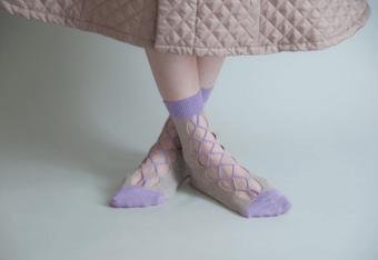 編み上げのようなデザインがドラマティック。特殊技法で作られた「BANSAN」のソックス