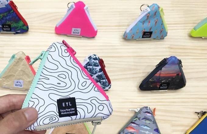 「EYL」のコンパクトなのに小物をたくさん収納できる三角ポーチ、様々な柄