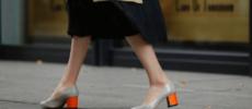 ヒールが取り替え可能な「FAMZON(ファムゾン)」のおしゃれな着せ替え靴を履いた様子