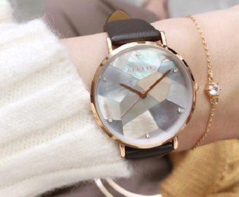 幾何学模様のクリスタルが上品に輝く。「ALETTE BLANC」の腕時計