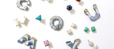 「arie:chroma」のおしゃれな陶器のイニシャルブローチやアクセサリー