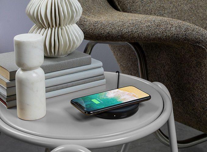 置くだけで高速充電できる「ベルキン」のワイヤレススマートフォン充電パッド使用例