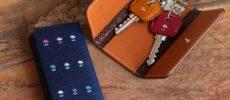 「GIVING LIFE」の刺繍が入った革のキーケース