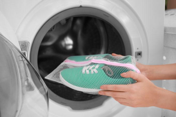 洗濯機でスニーカーを洗う方法、スニーカーを洗濯機へ入れるところ