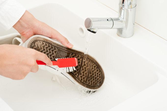 洗濯機でスニーカーを洗う方法、スニーカーをブラシで洗っているところ