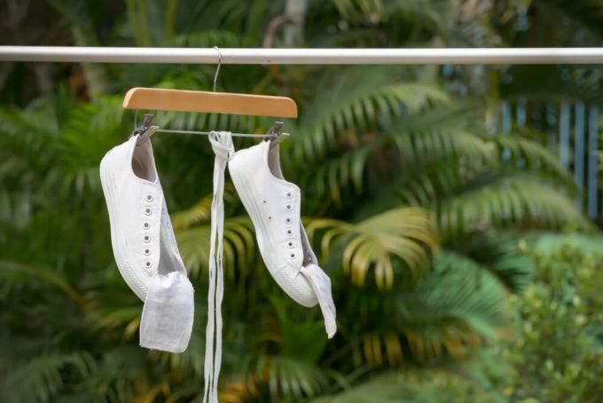 洗濯機でスニーカーを洗う方法、スニーカーを干している様子
