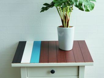 壁や家具に貼って手軽にDIYを楽しむ。ナチュラルな天然木の「デコウッドタイル」