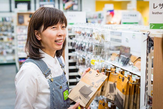 東急ハンズ「ハイ!店主」の熊谷さんが商品を手にしているところ