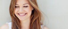 笑顔が素敵な女性の写真