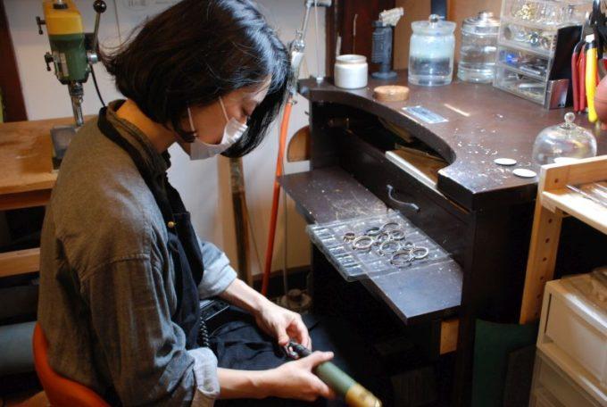 国立にある「fase by ipsilon..」の腕時計を作る職人のヤマダさん
