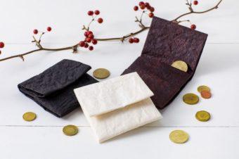 独特の風合いが美しい。手漉き和紙を染めて作る「帋屋(かみや)」のお財布
