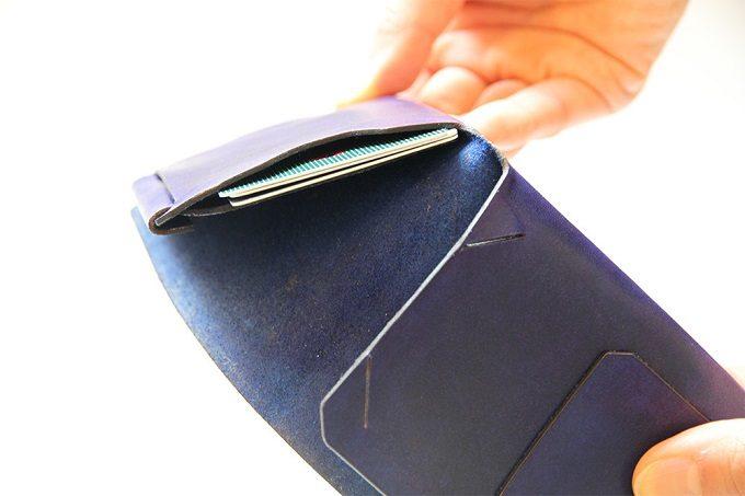 「Jbird Co.(ジェイバード・コレクティブ)」のシンプルな革のミニ財布「Origami Wallet(オリガミウォレット)」を開いたところ