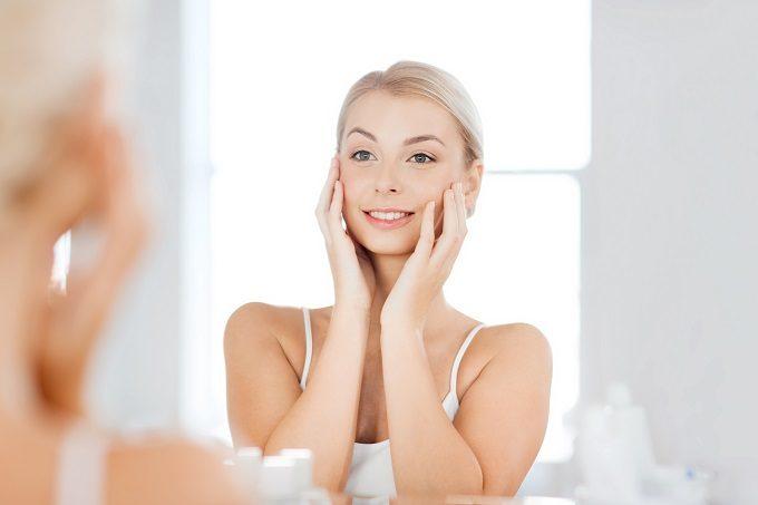 鏡に映る自分を見ている女性