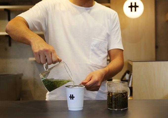 神奈川県の湯河原のおしゃれな新感覚ティースタンド「サ行」のおすすめドリンク2お茶を入れる様子