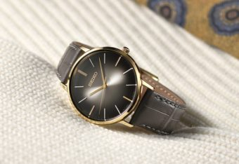 薄くて柔らかな着け心地。1960年代の人気デザインをリメイクした腕時計「ゴールドフェザー」