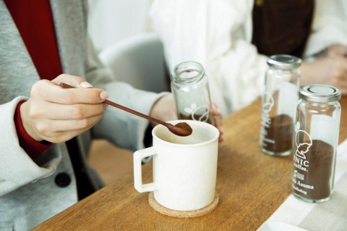 自分だけのオリジナルブレンドが作れる「イニック・コーヒー」パウダーコーヒーをマグカップに入れる様子