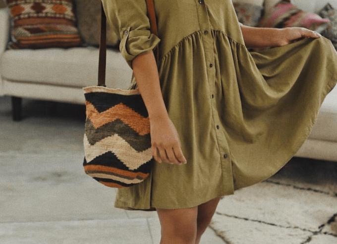 秋冬ファッションにおすすめの「CHILA BAGS(チラバッグス)」の秋冬カラーの手編みバッグのコーディネート例