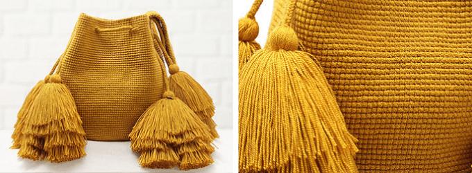 秋冬ファッションにおすすめの「CHILA BAGS(チラバッグス)」のマスタードカラーのタッセル付き手編みのバッグ