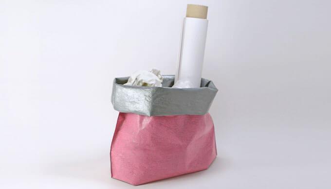 「PE」のポリエチレン素材のピンクのバッグ