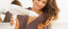 ドライヤーのお手入れ方法、ドライヤーを髪にあてる女性