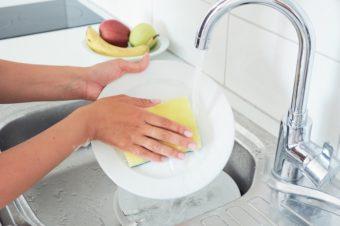 お皿洗いをぐっとスムーズに。食器用洗剤を選ぶときのポイントと効率的な洗い方